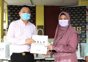 Dato' Henry hands over the Protective Glasses to Dr Mardiah